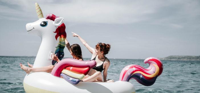 Die Freizeit nehm ich mir - 2 Frauen auf einem aufblasbaren Einhorn im Meer